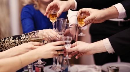 Какое влияние на организм оказывает алкоголь: повышает или понижает давление?
